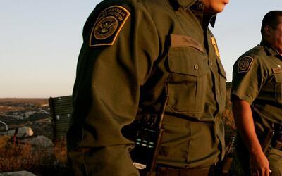 Agentes de Aduanas y Protección Fronteriza (CBP) patrullan la frontera.