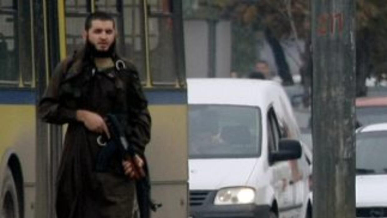 La gráfica muestra a Mevlid Jasarevic (de 23 años) portando un fusil aut...