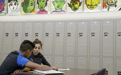 Los estudiantes indocumentados enfrentan grandes desventajas en el siste...