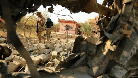 Fuerzas de seguridad iraquíes inspeccionan un área destrui...