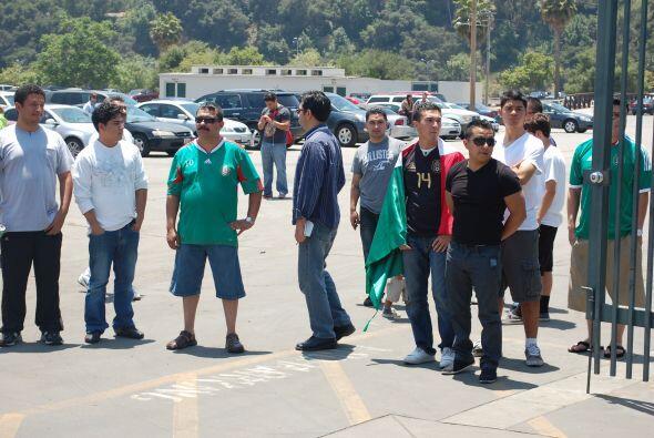 Algunos fanáticos del cuadro azteca se dieron cita alrededor del...
