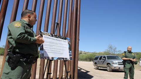 El agente Daniel Hernández explica los riesgos de saltar el muro