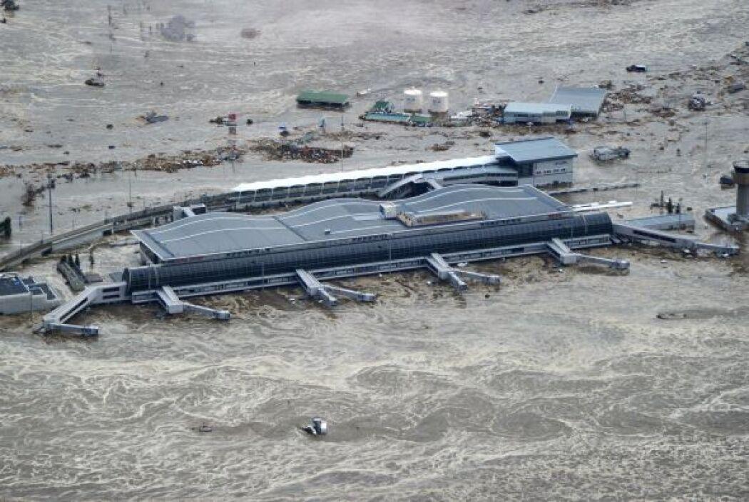 Un aeropuerto local cerca de la costa quedó destruido totalmente por el...