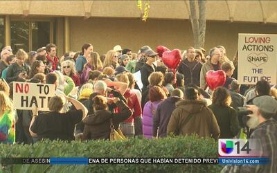 Manifestantes mandan un mensaje de unidad y apoyo a la comunidad de San...