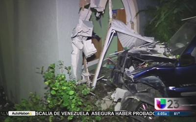 Mujer estrella su auto contra residencia