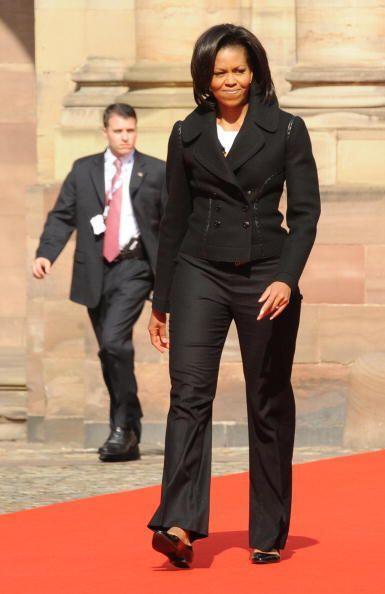 Cuando la esposa de Barack Obama quiere lucir más alta y delgada,...