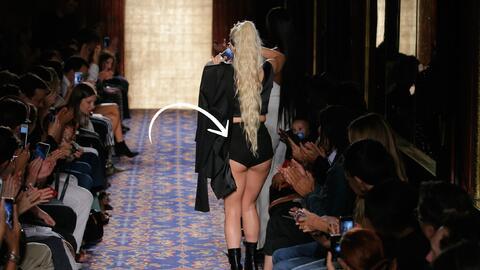 Lady Gaga en el final del desfile de su amigo y estilista Brandon Maxwell.