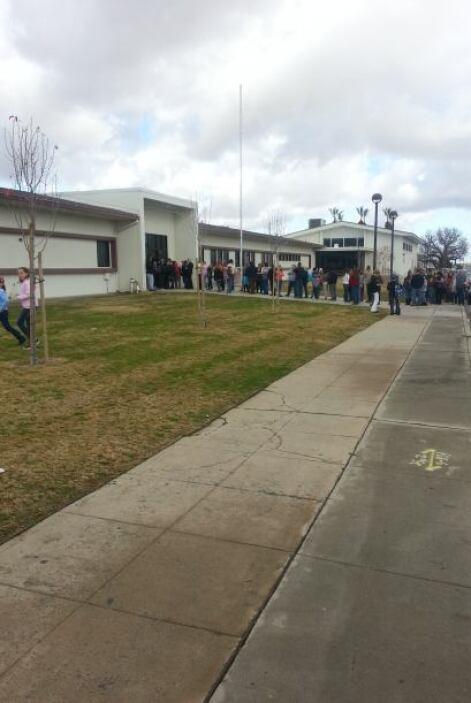 Los estudiantes del centro educativo fueron evacuados al campo de fútbol...