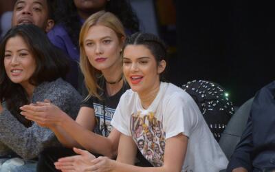 Kendall Jenner y Karlie Kloss disfrutan un partido de basketball