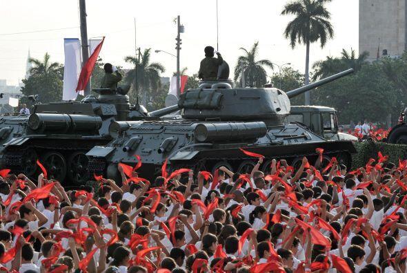 Un tanque T-34 y un cañón autopropulsado SAU-100, usados por Fidel en la...