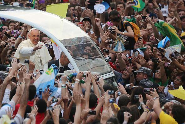 Los fieles, principalmente peregrinos de diferentes ciudades brasileñas...