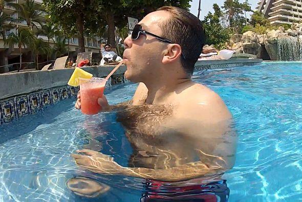 Así nos encontramos a Cristian Castro en la alberca de Acapulco.