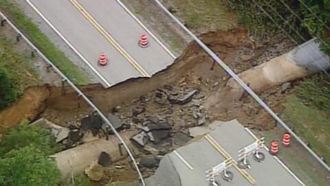 Tormentas en Ohio partieron en dos una carretera