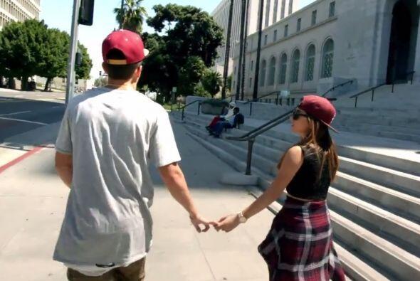 En el videoclip también aparecen tomados de la mano.