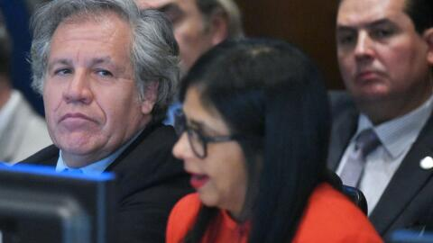 Luis Almagro, secretario general de la OEA, junto a Delcy Rodríguez, can...