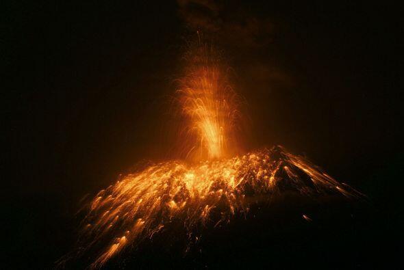El volcán Tungurahua sorprendió a la poblacion andina de Ecuador, hacien...