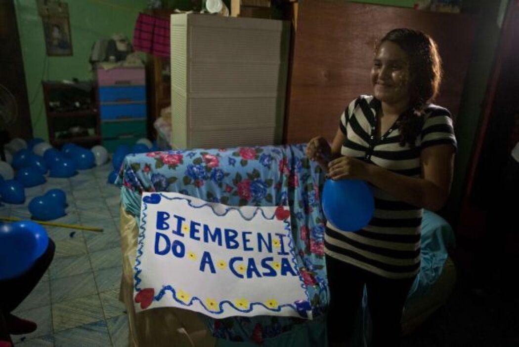 """""""Biembenido (sic) a casa"""", se lee en letras azules en un improvisado car..."""