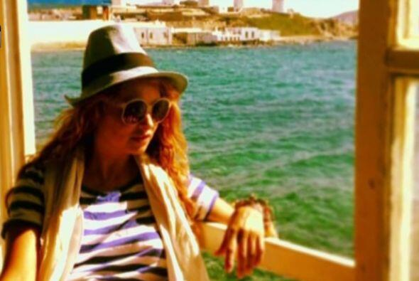 Se le acabaron las vacaciones a Paulina Rubio, pero no los sombreros.