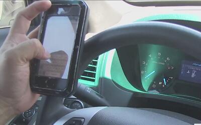 Aplicarán multas a personas que utilicen su celular mientras conducen