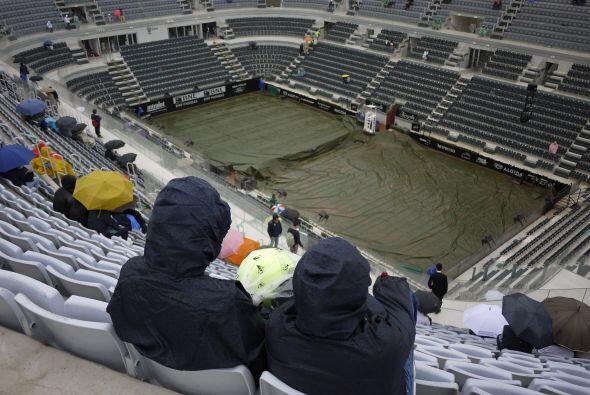 La lluvia llegó a la cancha romana y tuvo que suspenderse el partido alr...