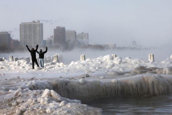 Estos hombres desafiaron el frío y se aventuraron a caminar alred...