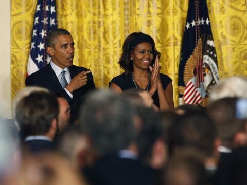 El presidente Barack Obama y la primera dama Michelle Obama ofrecen una...