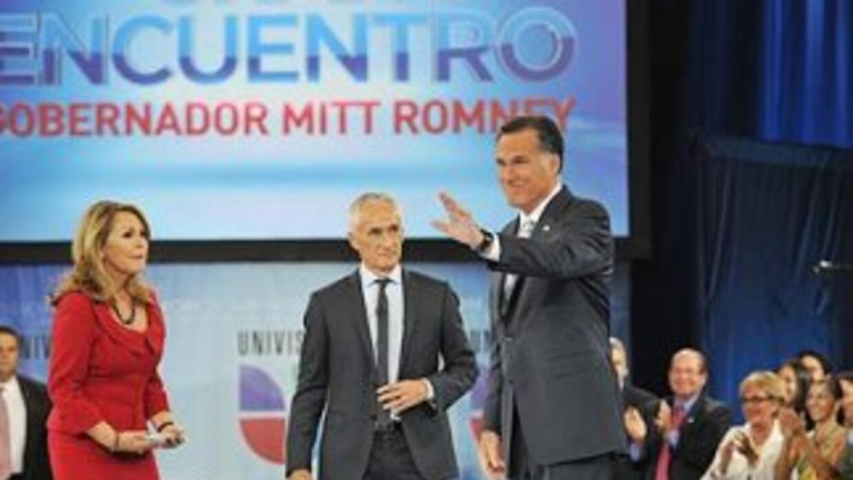 El candidato presidencial republicano, Mitt Romney, junto a los periodis...