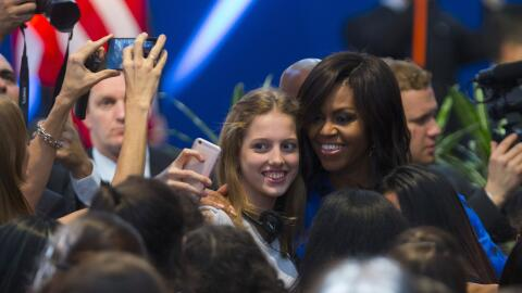 Obama con una joven en el Centro Metropolitano de Diseño en Bueno...