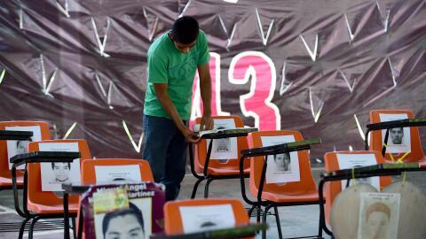 Los escritorios de los estudiantes desaparecidos en la escuela Isidro Bu...