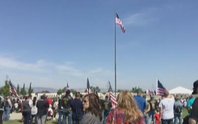 Cientos de personas se dan cita en el Cementerio Nacional de Sacramento...