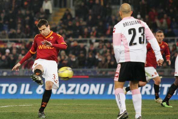 La Roma recibió al Palermo y Matteo Brighi hizo el primer gol con...