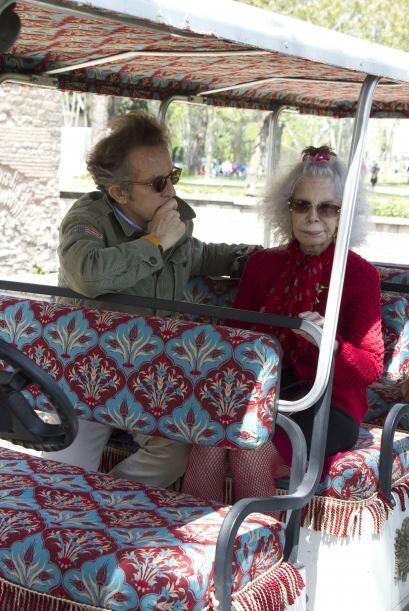 Incluso hasta de luna de miel por Estambul con su marido, el funcionario...