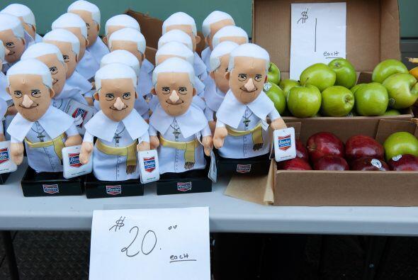 Estos muñecos con la figura del papa Francisco esperan en la 5ta avenida...