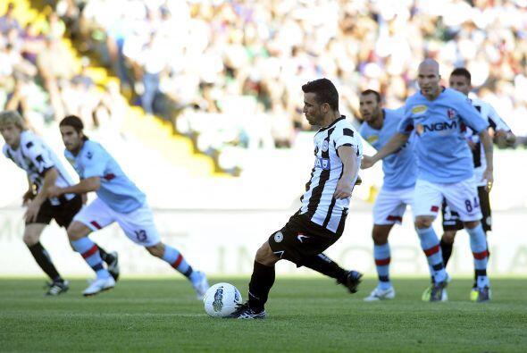 Ya con la ventaja en el marcador, Antonio Di Natale cobró un pena...