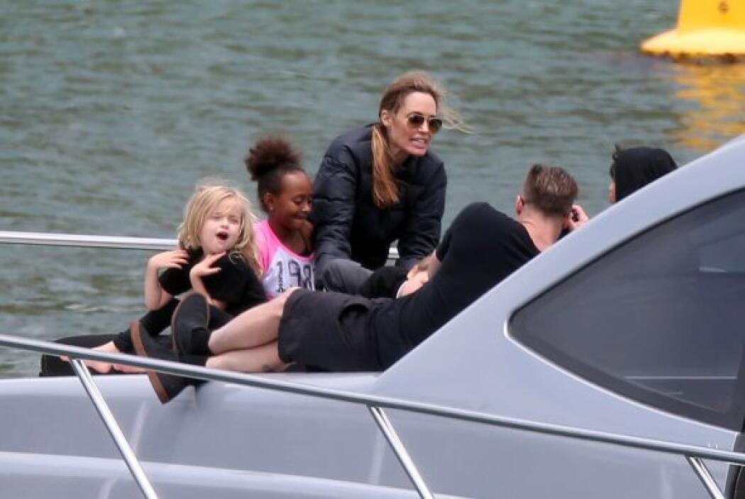 """Angelina, por su parte, está en Australia dirigiendo un proyecto, """"Unbro..."""
