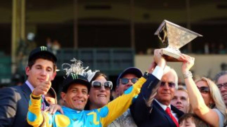 Víctor Espinoza celebra su triunfo.