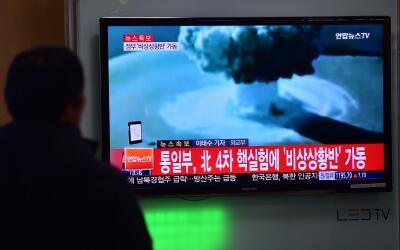 Personas miran las noticias en Corea del Norte sobre el lanzamiento de u...