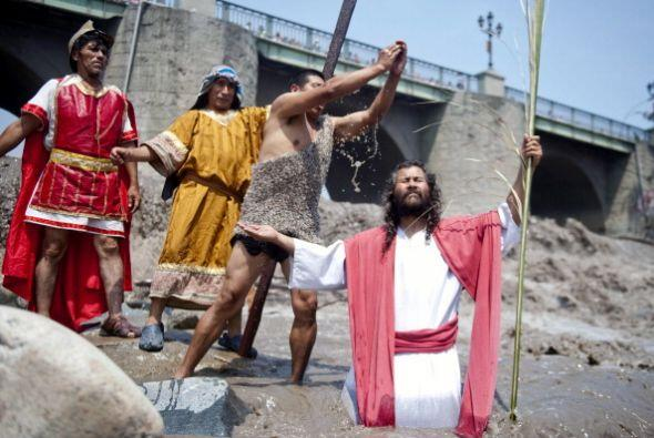 En tanto, los peruanos recrean el bautismo de Cristo en el río Rimac de...