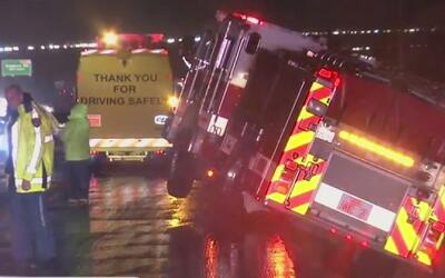 Un camión de bomberos estuvo a punto de caerse a un pozo en San Bernardino