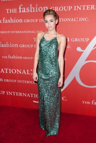 Este bonito vestido largo en lentejuelas color verde que utilizó para la...