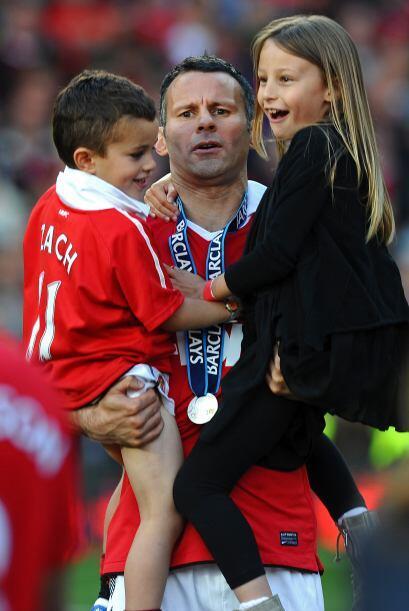 Jugadores emblemáticos como Ryan Giggs fueron a abraza a sus fami...
