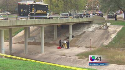 Investigan asesinato de joven hallada bajo un puente