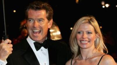 Charlotte Brosnan con su padre en una gala celebrada en febrero.