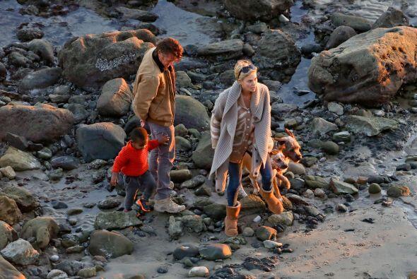 Ahora disfrutaron de un romántico paseo en la playa. Más v...