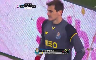 Tarjeta amarilla. El árbitro amonesta a Iker Casillas de Porto