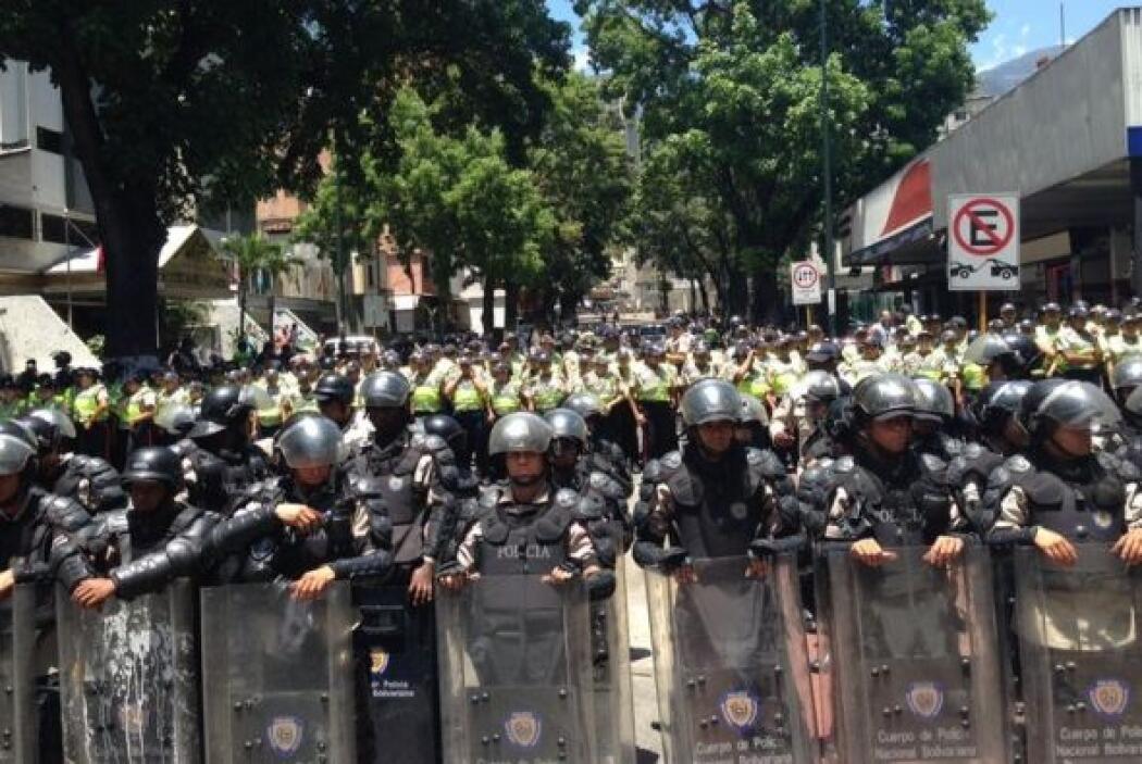 Imagen de un grupo antimotines aguardando el arribo de los estudiantes....