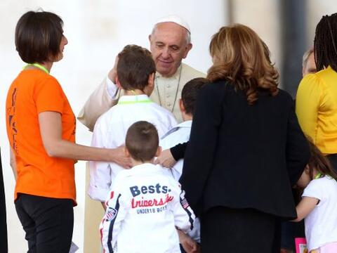 El papa Francisco dedicó este domingo la oración del Regin...
