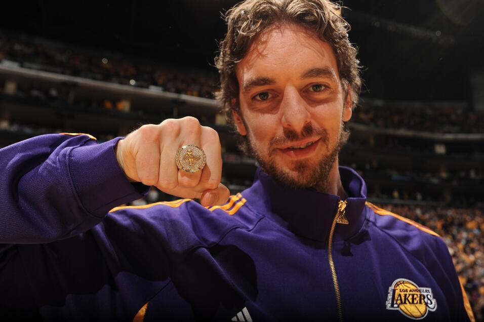 Pau Gasol de los Lakers de Los Ángeles muestra su anillo de campeonato d...