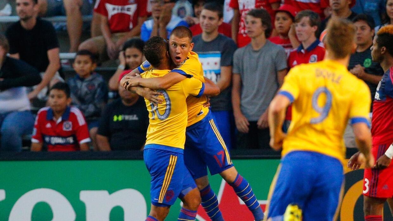 Gabriel Torres y Dillon Serna celebran el gol de triunfo.
