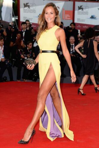Esa de amarillo. La modelo brasileña Natalia Borges por poco y enseña de...